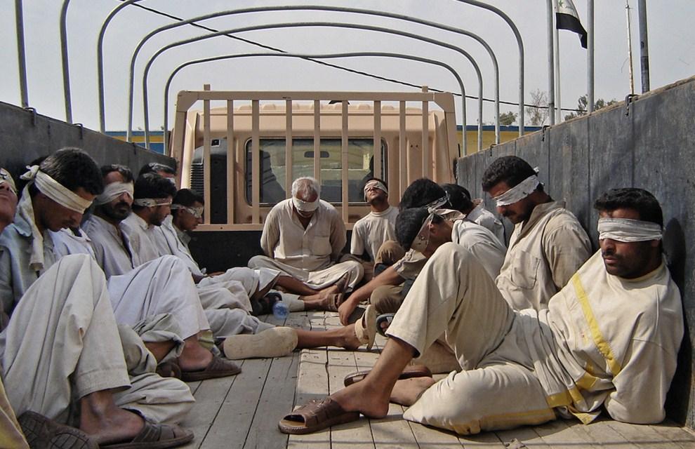 21. IRAK, Bakuba, 10 października 2006: Mężczyźni zatrzymani podczas akcji wojskowej na północ od Bagdadu. AFP PHOTO