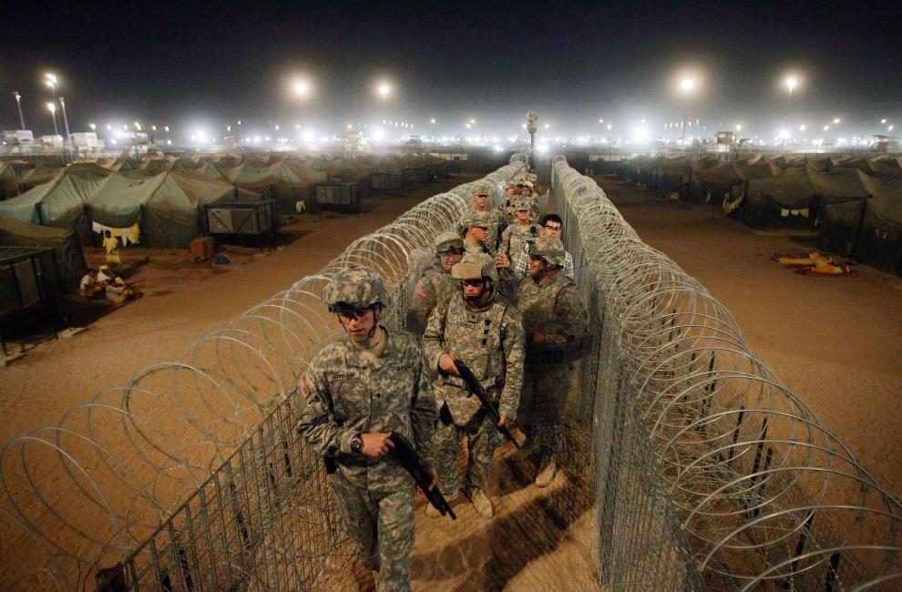 22. IRAK, Umm Kasr, 19 maja 2008: Amerykańscy żołnierze na terenie Camp Bucca, gdzie przetrzymywani byli ludzie oskarżeni o współpracę z Al-Kaidą. AFP PHOTO/DAVID FURST
