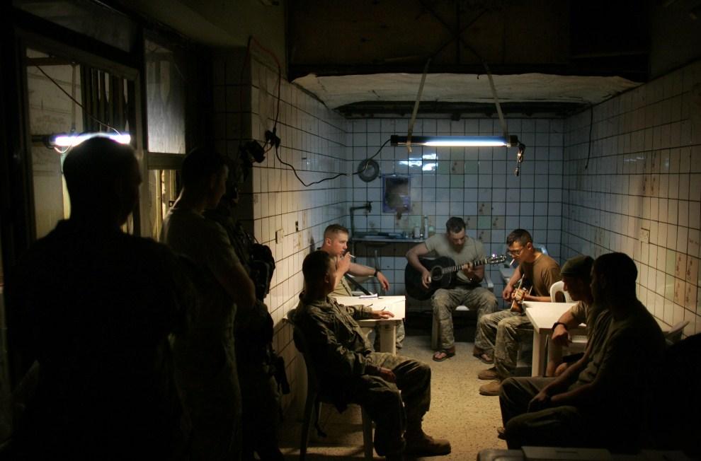 23. IRAK, Bagdad, 20 marca 2007: Amerykańscy żołnierze na terenie posterunku wojskowego na przedmieściach Bagdadu. AFP PHOTO/DAVID FURST