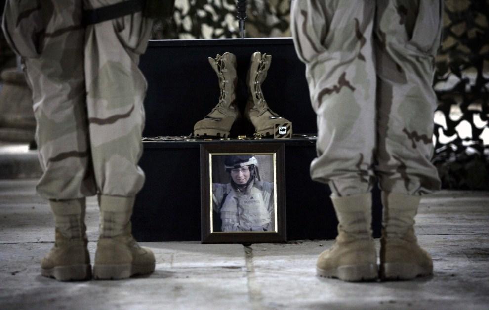 24. IRAK, Bagdad, 13 października 2005: Uroczystości pogrzebowe Jerry Lee Bonifacio Jr. zabitej podczas wymiany ognia w Bagdadzie. AFP PHOTO/DAVID FURST