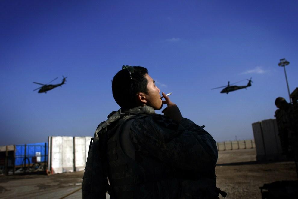 26. IRAK, Bagdad, 31 stycznia 2007: Śmigłowce Blackhawk nad bazą wojskową w Bagdadzie. AFP PHOTO/DAVID FURST