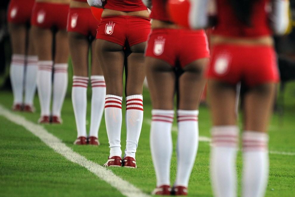 28. KOLUMBIA, Bogotá, 1 listopada 2011: Występ cheerleaderek przed rozpoeczęciem meczu w trakcie Copa Sudamericana. AFP PHOTO/Eitan Abramovich