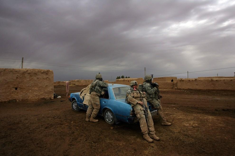 27. IRAK, Dijala, 13 marca 2008: Amerykańscy żołnierze odpoczywają podczas akcji na wschodzie Iraku. AFP PHOTO/DAVID FURST