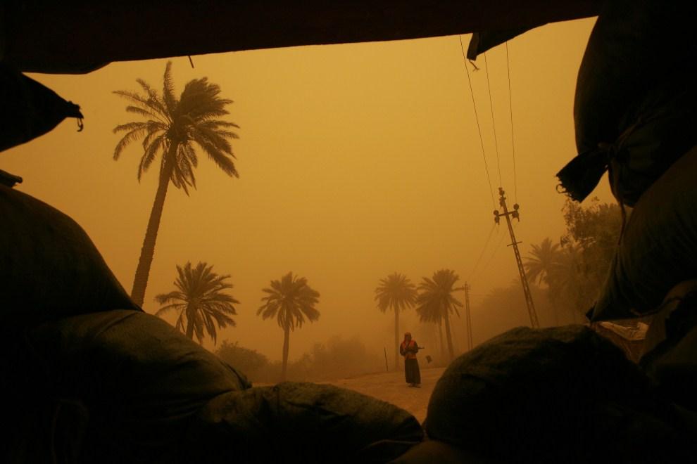 28. IRAK, Bagdad, 17 kwietnia 2008: Sunnicki posterunek nad brzegiem Tygrysu w trakcie burzy piaskowej. AFP PHOTO/MAURICIO LIMA