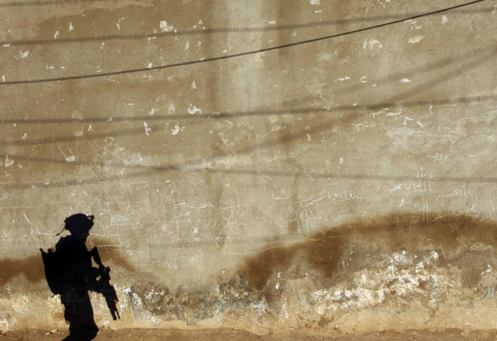 29. IRAK, Bakuba, 6 marca 2008: Cień amerykańskiego żołnierza patrolującego ulicę w Bakubie. AFP PHOTO/PATRICK BAZ