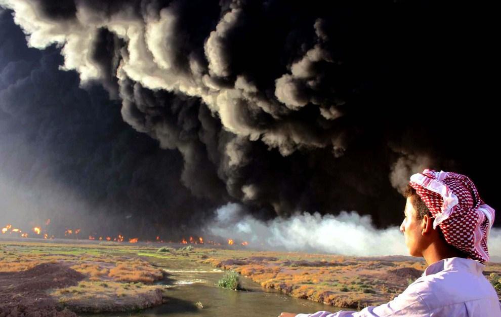 2. IRAK, Tari al-Baghl, 20 października 2005: Płonący rurociąg z ropą wysadzony przez sabotażystów.  AFP PHOTO/MARWAN IBRAHIM
