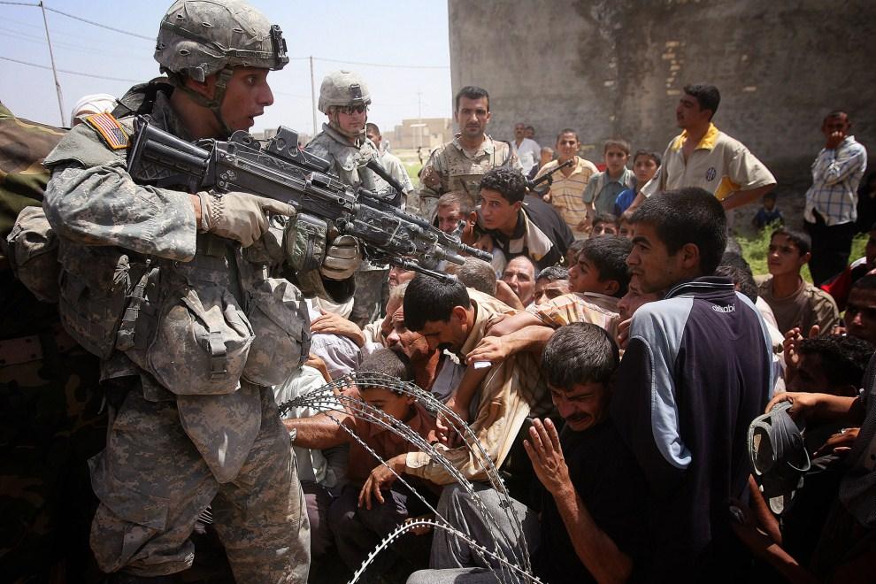 30. IRAK, Bakuba, 5 sierpnia 2007: Irakijczycy tłoczą się w kolejce do punktu pomocy humanitarnej w Bakubie. AFP PHOTO / OLIVIER LABAN-MATTEI