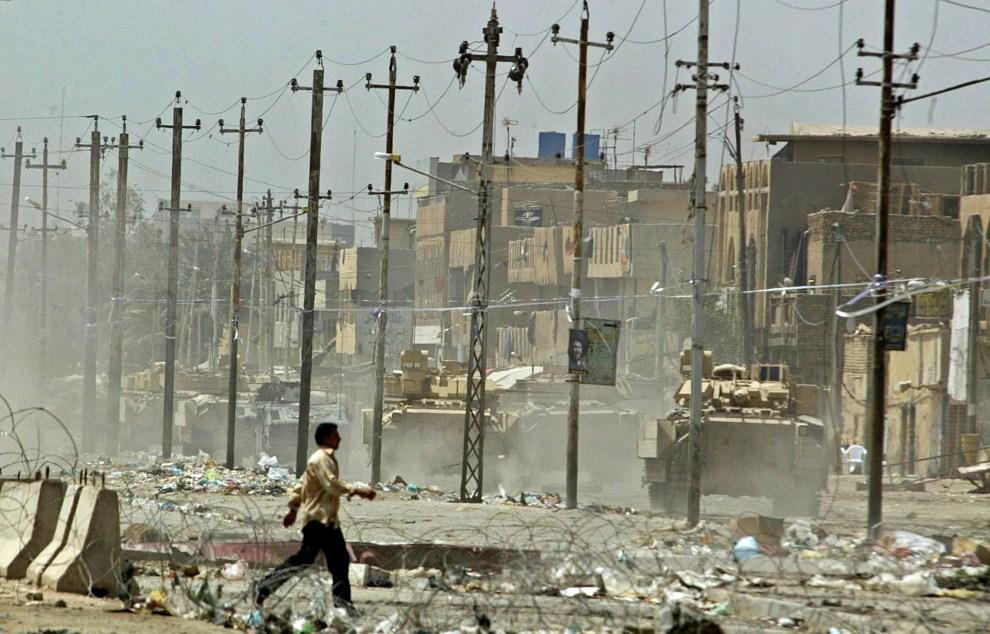 32. IRAK, Bagdad, 9 maja 2004: Amerykański konwój na ulicy w szyickiej części Bagdadu. AFP PHOTO/Karim SAHIB