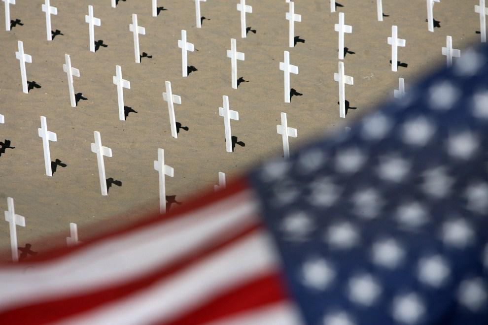 34. USA, Santa Monica, 3 grudnia 2006: Pomnik Arlington West poświęcony pamięci ofiar wojny w Iraku. AFP PHOTO GABRIEL BOUYS