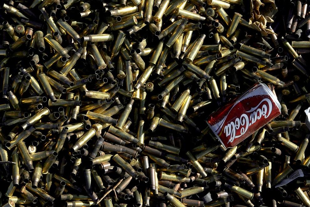 36. IRAK, An-Nasr wa as-Salam, 11 grudnia 2005: Pozostałości po ćwiczeniach przeprowadzonych przez Marines na strzelnicy wojskowej w An-Nasr wa as-Salam. AFP PHOTO/Mauricio LIMA