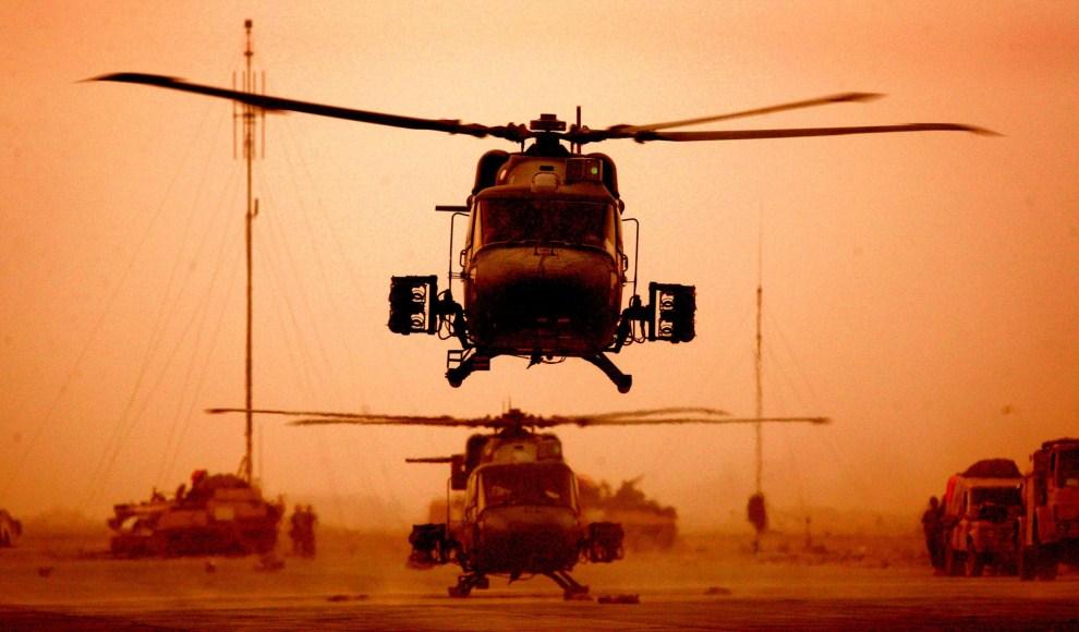 4. IRAK, Basra, 31 marca 2003: Śmigłowiec Westland Lynx startuje z lotniska w Basrze.  AFP