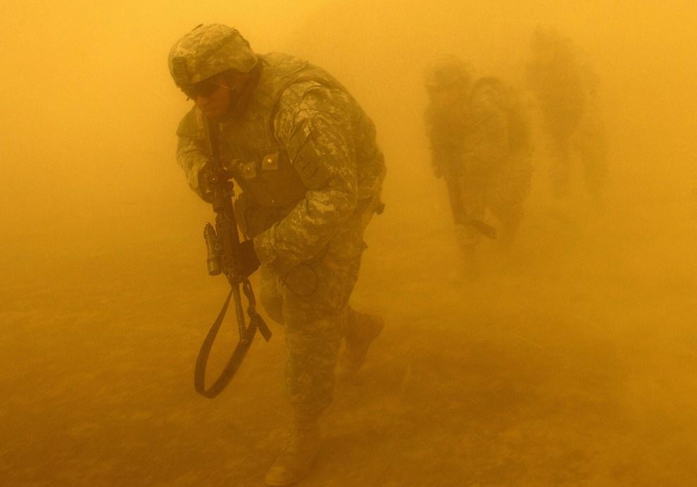 5. IRAK, Tal Afar, 8 lipca 2006: Amerykańscy żołnierze opuszczają śmigłowiec w pobliżu punktu kontrolnego. AFP PHOTO/Staff Sgt. Jacob N. Bailey