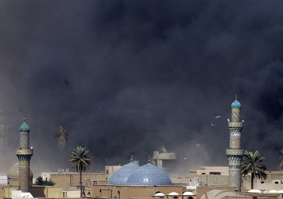6. IRAK, Bagdad, 5 marca 2007: Dym po wybuchu samochodu-pułapki w pobliżu meczetu Bab al-Moazam. AFP PHOTO/Patrick BAZ