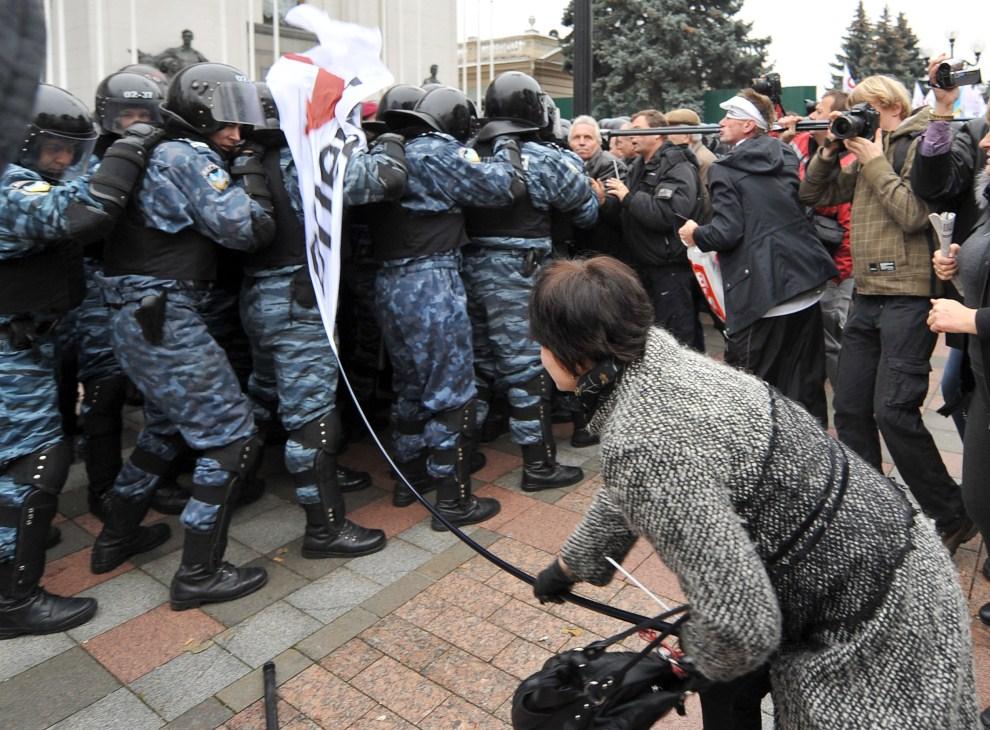 6. UKRAINA, Kijów, 3 listopada 2011: Protest przedsiębiorców nawołujących do wcześniejszych wyborów parlamentarnych. AFP PHOTO/GENYA SAVILOV