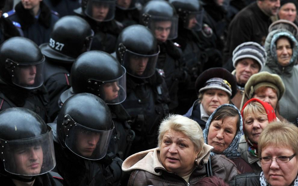7. UKRAINA, Kijów, 2 listopada 2011: Policjanci i protestujący przed budynkiem parlamentu. AFP PHOTO / SERGEI SUPINSKY