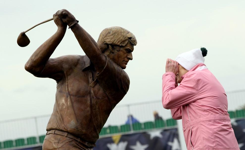 12.IRLANDIA, Dublin, 22 września 2011 Rzeźba przedstawiająca Jacka Nicklausa i kobieta przyglądająca się treningowi przed rozpoczęciem Solheim Cup. AFP PHOTO /   ADRIAN DENNIS