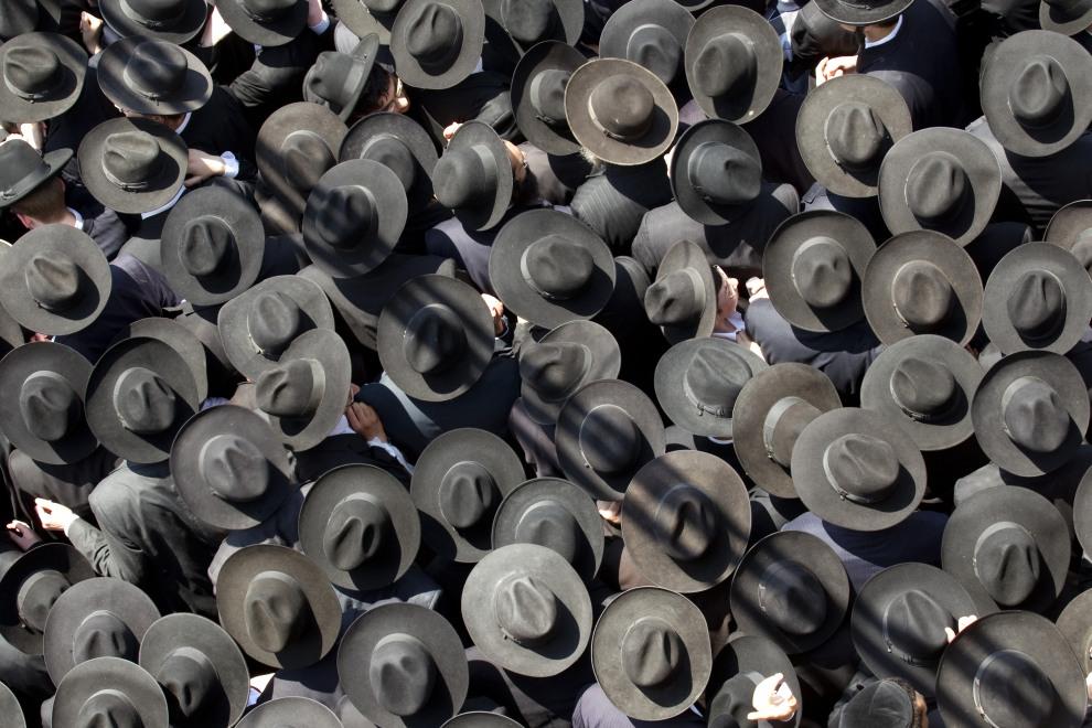 13.IZRAEL, Bnei Brak, 28 czerwca 2011: Ultraortodoksyjni Żydzi uczestniczą pogrzebie rabina Michela Yehuda Lefkowitza. AFP PHOTO / JACK GUEZ