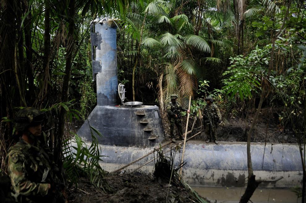 14.KOLUMBIA, Timbiqui, 14 lutego 2011: Żołnierze pilnują łodzi podwodnej zarekwirowanej przemytnikom narkotyków. AFP PHOTO/Luis Robayo