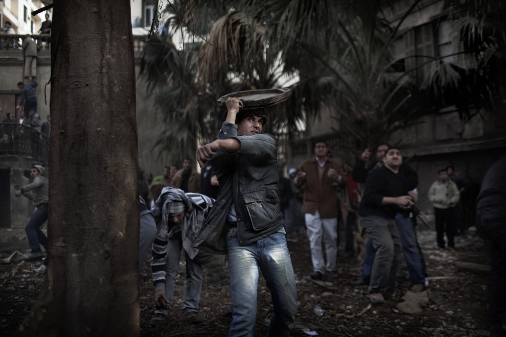 15.EGIPT, Kair, 3 lutego 2011: Starcie protestujących z policją na placu Tahrir. AFP PHOTO/MARCO LONGARI
