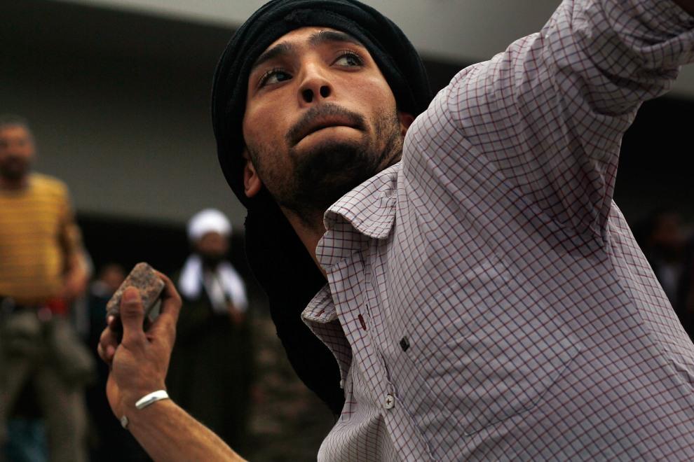 16.EGIPT, Kair, 3 lutego 2011: Uczestnik protestów w centrum Kairu. (Foto:  Chris Hondros/Getty Images)