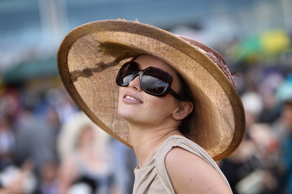16.WIELKA BRYTANIA, Ascot, 16 czerwca 2011: Kobieta zasiadająca na widowni przy torze wyścigów konnych w Ascot. (Foto:  Dan Kitwood/Getty Images)