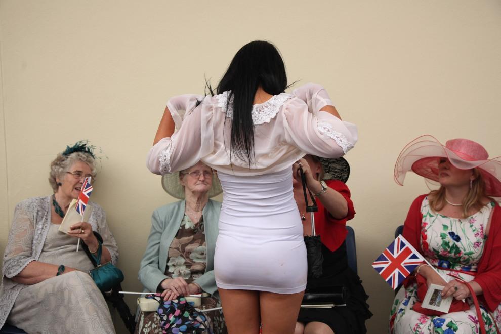 17.WIELKA BRYTANIA, Ascot, 16 czerwca 2011: Spotkanie pań na torze w Ascot po zakończeniu ostatniej gonitwy. (Foto:  Dan Kitwood/Getty Images)
