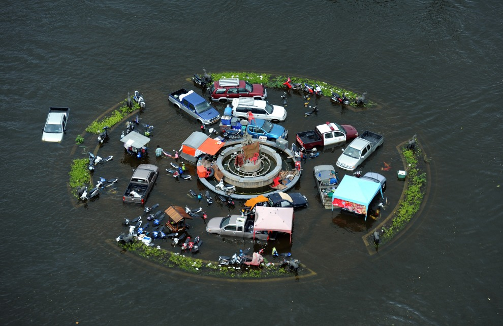 18.TAJLANDIA, Ayutthaya, 16 października 2011: Skwer zalanego, w wyniku powodzi, centrum miasta. AFP PHOTO/Christophe ARCHAMBAULT