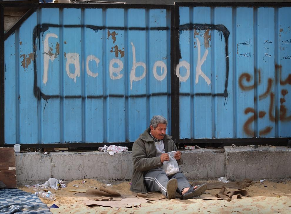 18.EGIPT, Kair, 4 lutego 2011: Mężczyzna przy ogrodzeniu w pobliżu Placu Tahrir. (Foto:  Peter Macdiarmid/Getty Images)
