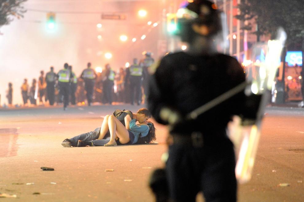 18.KANADA, Vancouver, 15 czerwca 2011: Chłopak całujący dziewczynę w trakcie zamieszek na ulicach Vancouver. (Foto:  Rich Lam/Getty Images)