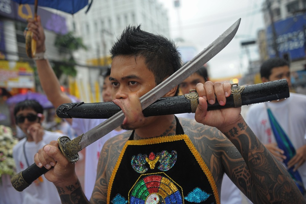 20.TAJLANDIA, Phuket, 3 października 2011: Uczestnik procesji w trakcie festiwalu wegetariańskiego w Phuket. AFP PHOTO/Christophe ARCHAMBAULT