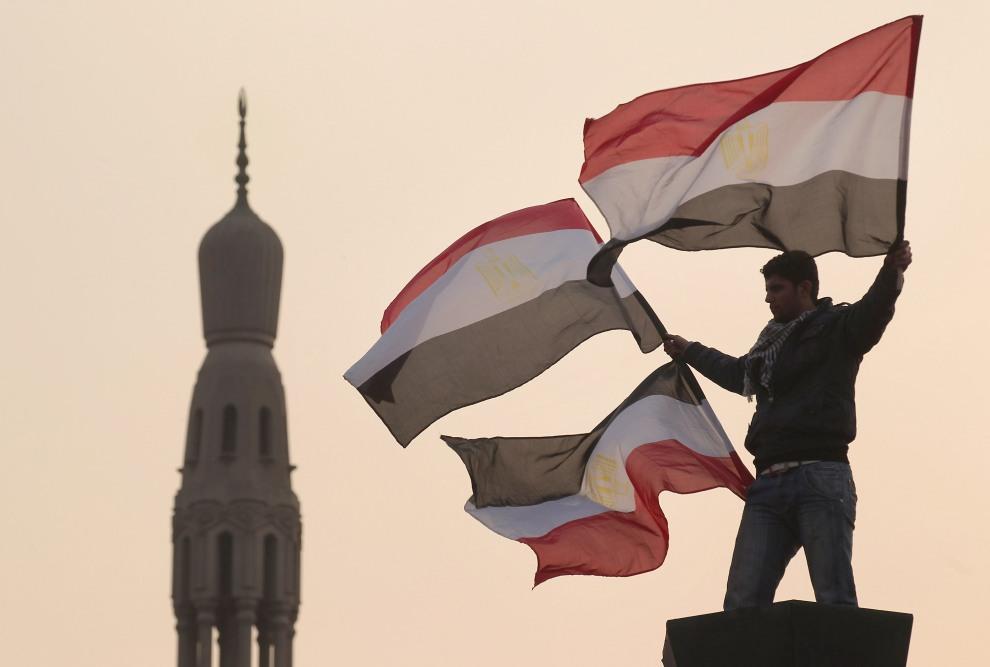 20.EGIPT, Kair, 1 lutego 2011: Mężczyzna z flagami państwowymi na Placu Tahrir. (Foto:  Peter Macdiarmid/Getty Images)