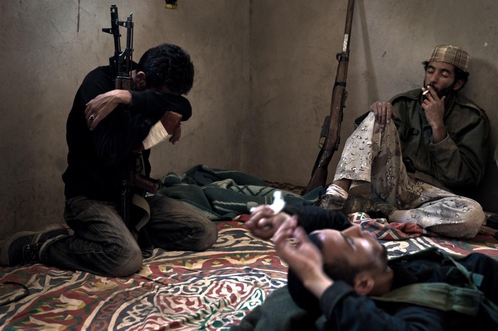 21.LIBIA, Ryayna, 12 czerwca 2011: Rebelianci odpoczywają w jednym z domów w pobliżu linii frontu. AFP PHOTO/COLIN SUMMERS