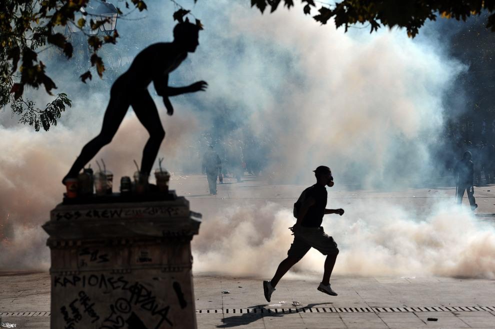 21.GRECJA, Ateny, 20 października 2011: Zamieszki w centrum Aten wywołane przez protestujących przeciw planom cięć budżetowych. AFP PHOTO / ARIS MESSINIS