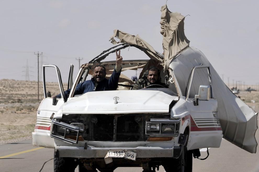 22.LIBIA, Brega, 31 marca 2011: Rebelianci wracają z linii frontu na przedmieściach Bregi. AFP PHOTO / ARIS MESSINIS