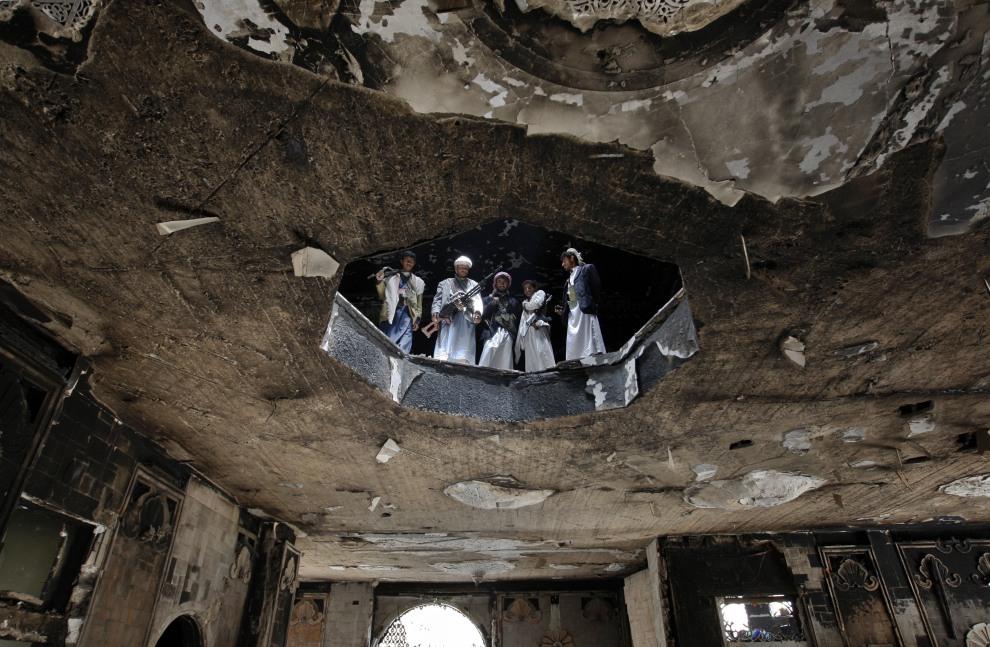 22.JEMEN, Sana, 7 czerwca 2011: Zwolennicy szejka Sadiqa al-Ahmara oglądają zniszczenia w domu przywódcy. AFP PHOTO/AHMAD GHARABLI