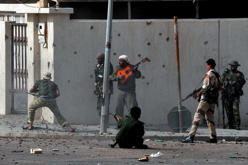 22.LIBIA, Syrta, 10 października 2011: Wymiana ognia na ulicy w centrum Syrty. AFP PHOTO / ARIS MESSINIS