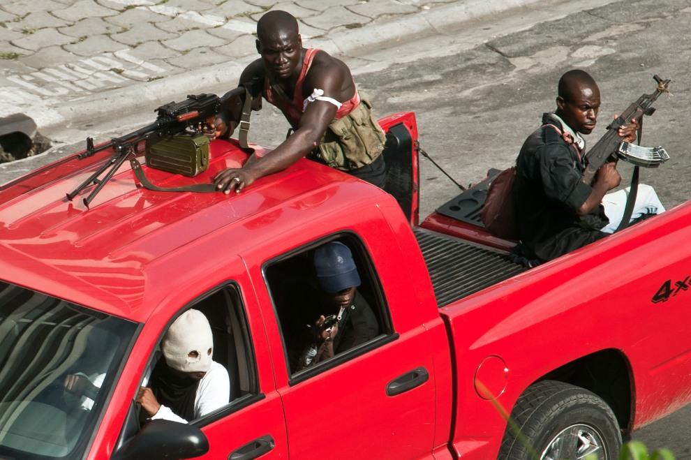 23.WYBRZEŻE KOŚCI SŁONIOWEJ,  Abidżan, 31 marca 2011: Patrol bojówek Laurenta Gbagbo na pustej ulicy w Abidżanie. AFP PHOTO / JEAN-PHILIPPE KSIAZEK