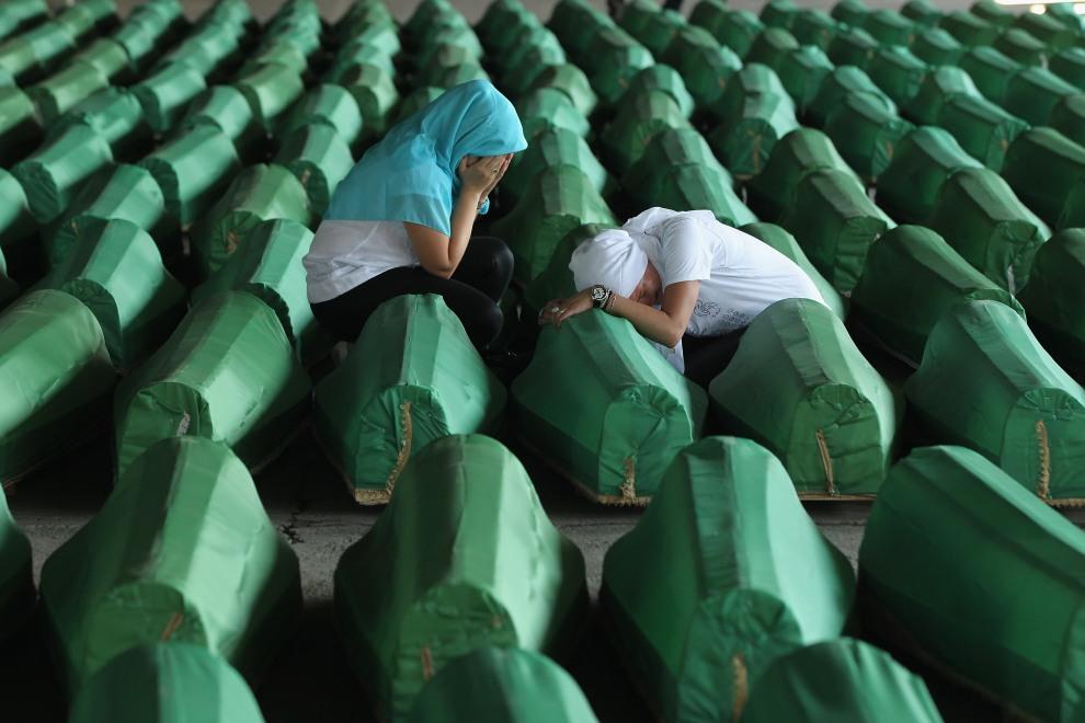 23.BOŚNIA I HERCEGOWINA, Ptocari, 10 czerwca 2011: Muzułmanki płaczące nad ciałami bliskich – ofiar masakry w Srebrenicy w 1995 roku. (Foto:  Sean Gallup/Getty   Images)