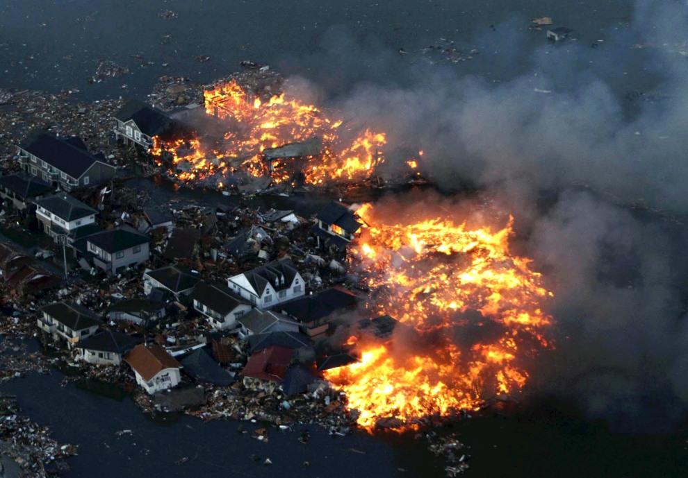 24.JAPONIA, Natori, 11 marca 2011: Płonące domy w centrum Natori. AFP PHOTO / YOMIURI SHIMBUN