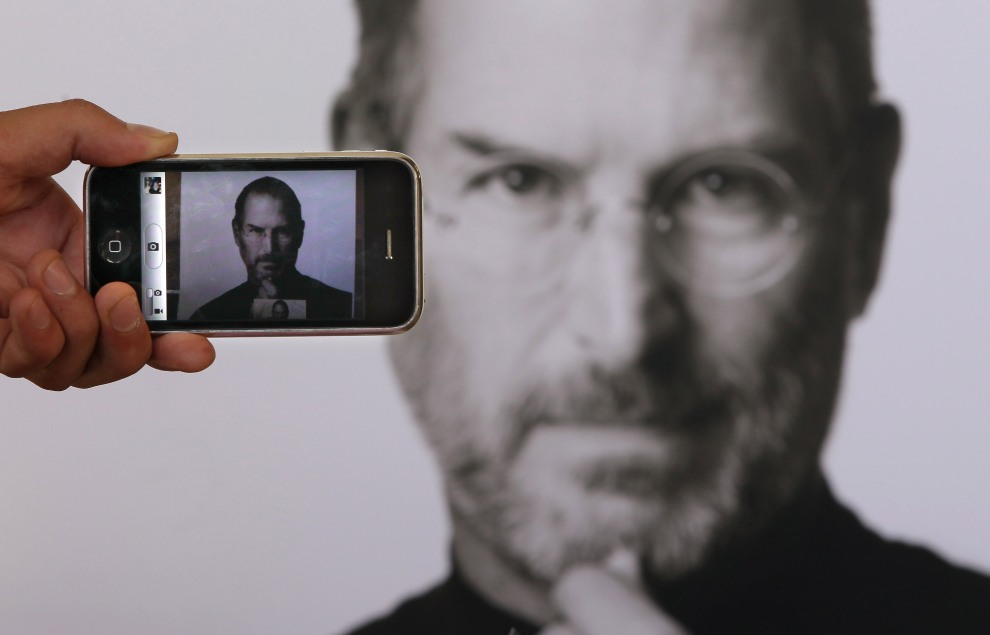 25.WIELKA BRYTANIA, Londyn, 6 października 2011: Grafika upamiętniające zmarłego współzałożyciela Apple. (Peter Macdiarmid/Getty Images)