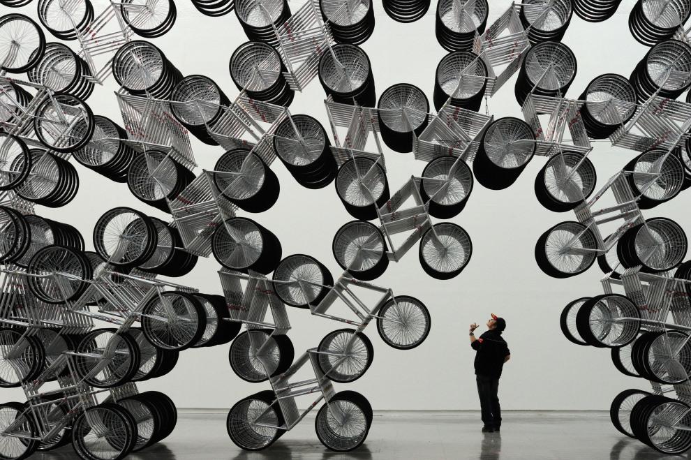 """26.TAJWAN, Taipei, 28 października 2011: Instalacja nazwana """"Forever Bicycles"""" autorstwa Ai Weiwei wystawiana w Taipei Fine Art Museum. AFP PHOTO / Sam YEH"""
