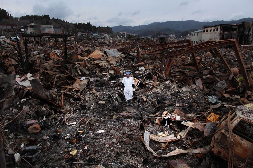 26.JAPONIA, Kesennuma, 21 marca 2011: Sigo Hatareyama na gruzach swojego domu. (Foto:  Chris McGrath/Getty Images)