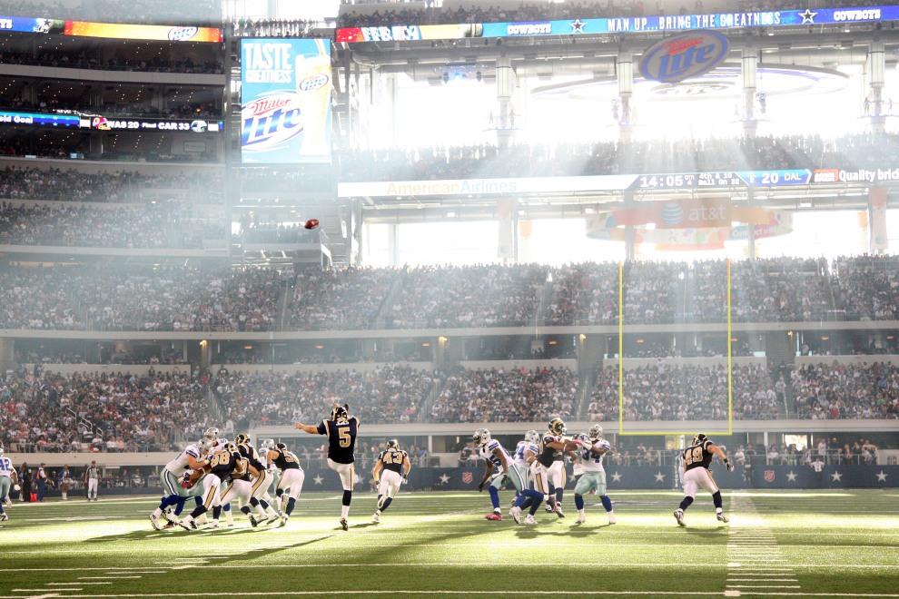 27.USA, Arlington, 23 października 2011: Donnie Jones (#5) z zespołu St. Louis Rams wykopuje piłkę w meczu przeciwko Dallas Cowboys. (Foto: Layne Murdoch/Getty   Images)