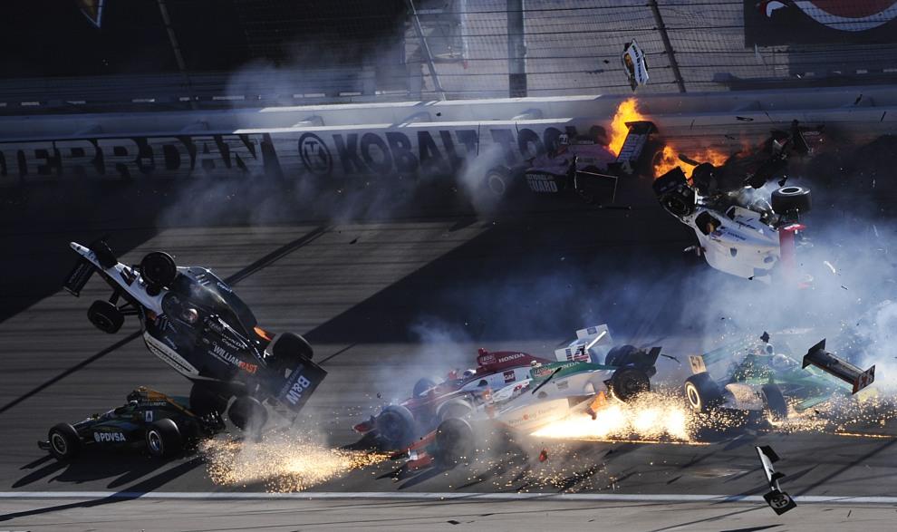 28.USA, Las Vegas, 16 października 2011: Wypadek podczas wyścigu serii IZOD IndyCar World Championships na torze w Las Vegas. (Foto: Robert Laberge/Getty Images)