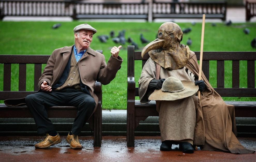 29.WIELKA BRYTANIA, Glasgow, 31 marca 2011: Artysta cyrkowy (po prawej) w kostiumie średniowiecznego lekarza walczącego z zarazą. (Foto: Jeff J Mitchell/Getty   Images)