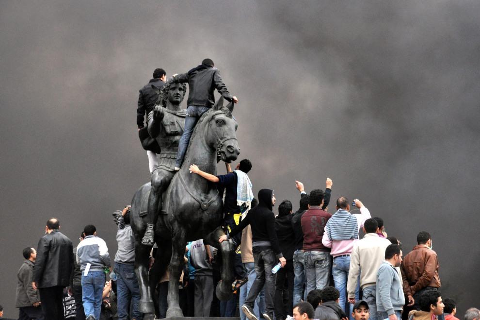 2.EGIPT, Aleksandria, 28 stycznia 2011: Protestujący zebrani wokół pomnika Aleksandra Wielkiego. AFP PHOTO/STR