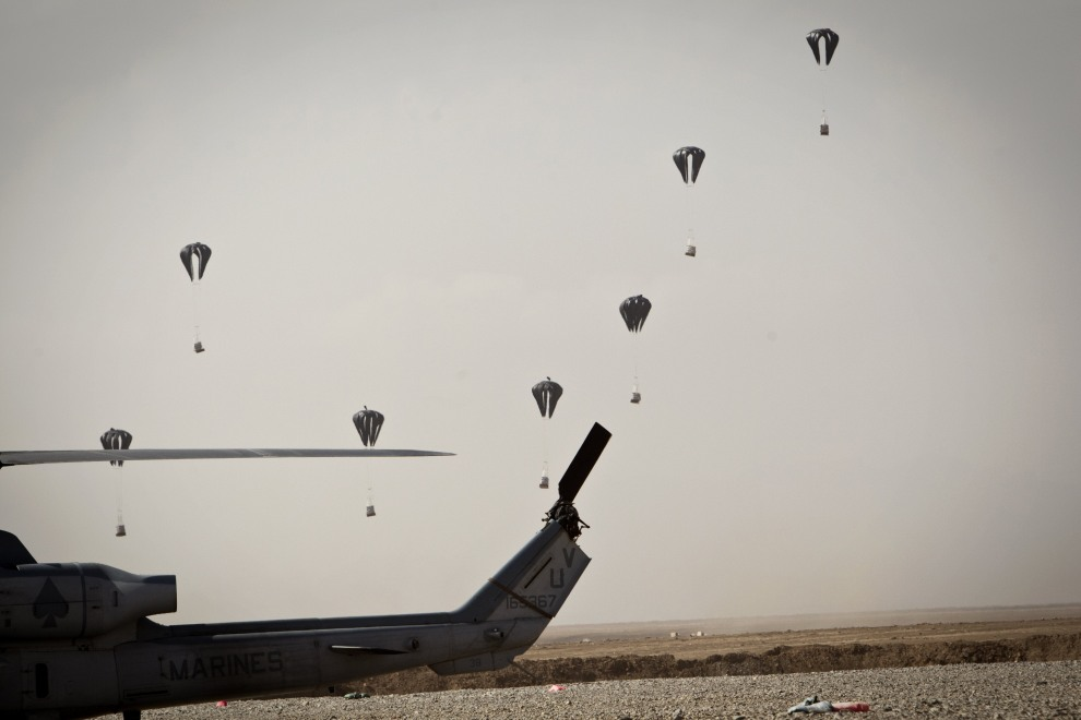 31.AFGANISTAN, Helmand, 9 listopada 2011: Zrzut zaopatrzenia w pobliżu amerykańskiej bazy wojskowej. AFP PHOTO/ BEHROUZ MEHRI