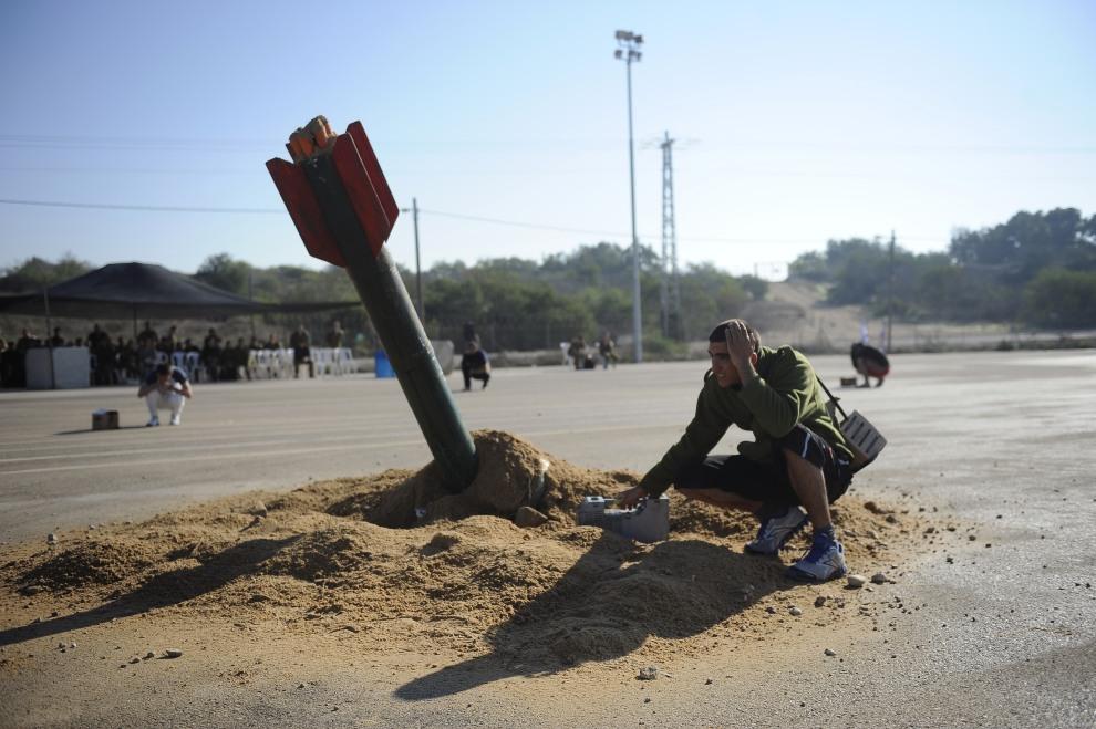 IZRAEL, Zikim, 22 listopada 2011: Ćwiczenia wojskowe w bazie na przedmieściach kibucu Zikim. AFP PHOTO/DAVID BUIMOVITCH
