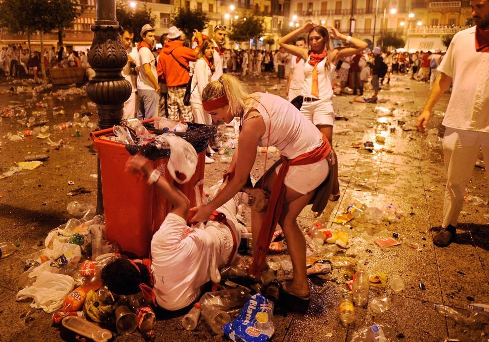 32.HISZPANIA, Pampeluna, 10 lipca 2011: Uczestnicy zabaw z okazji Sanfermines. (Foto:  Denis Doyle/Getty Images)