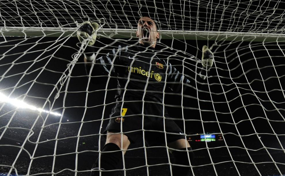 34.HISZPANIA, Barcelona, 8 marca 2011: Bramkarz Victor Valdes cieszy się z bramki swojej druzyny w meczu Ligi Mistrzów. AFP PHOTO/ JOSEP LAGO